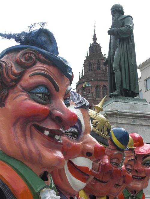 vor dem Gutenbergdenkmal